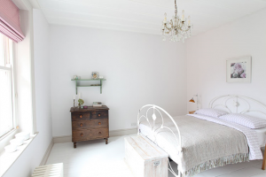 sunny-bedroom-white-and-pink