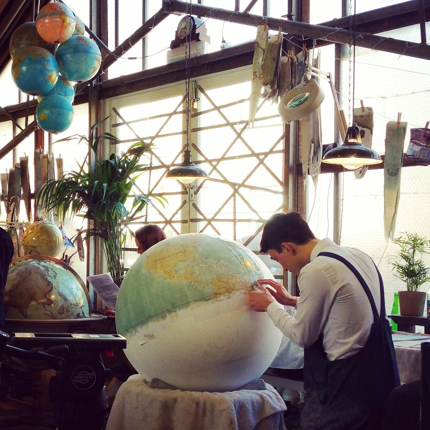 One-of-the-Worlds-Only-Globe-Making-Studios-Celebrates-the-Ancient-Art-of-Handcrafted-Globes15__880